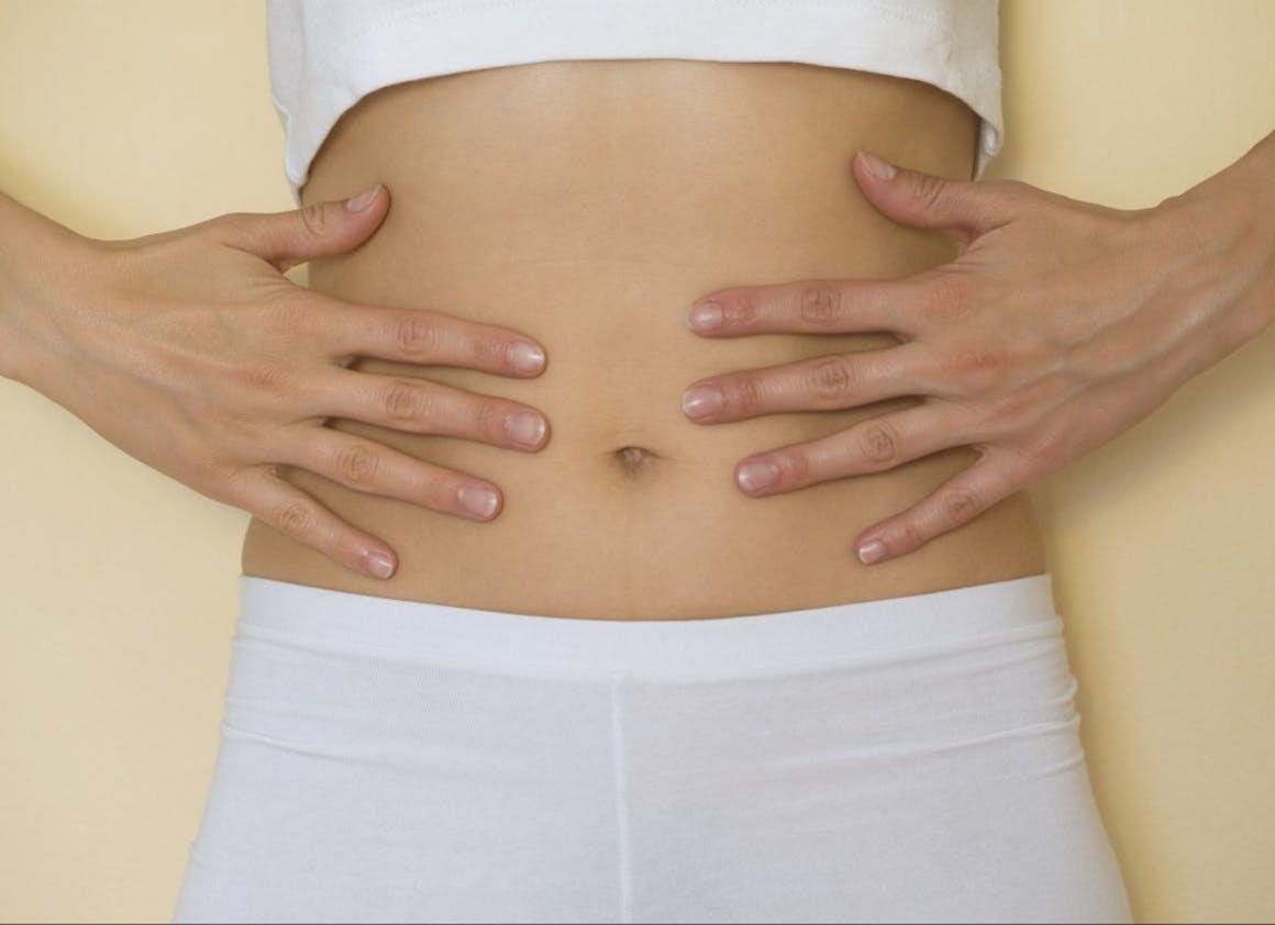 Un automassage du ventre, pour relancer les intestins