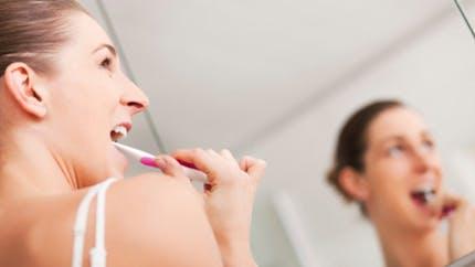 Brosse à dents manuelle ou électrique: laquelle choisir?