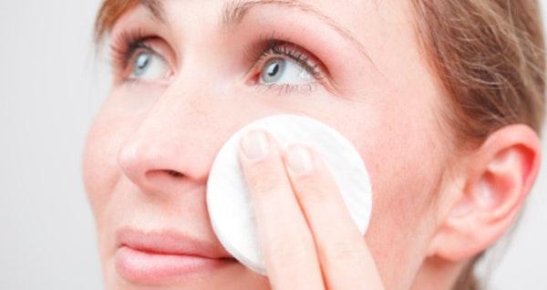 comment nettoyer une peau grasse naturellement