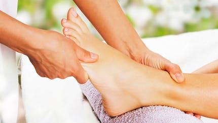 Contre les jambes lourdes, pensez à l'automassage du pied!