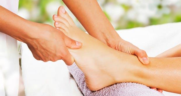 Automassage des pieds contre les jambes lourdes   Santé Magazine
