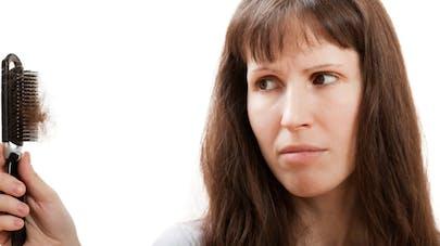 Chute des cheveux chez la femme: quelles solutions?