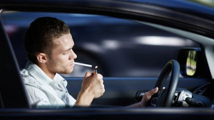 Vers une interdiction de fumer en voiture?