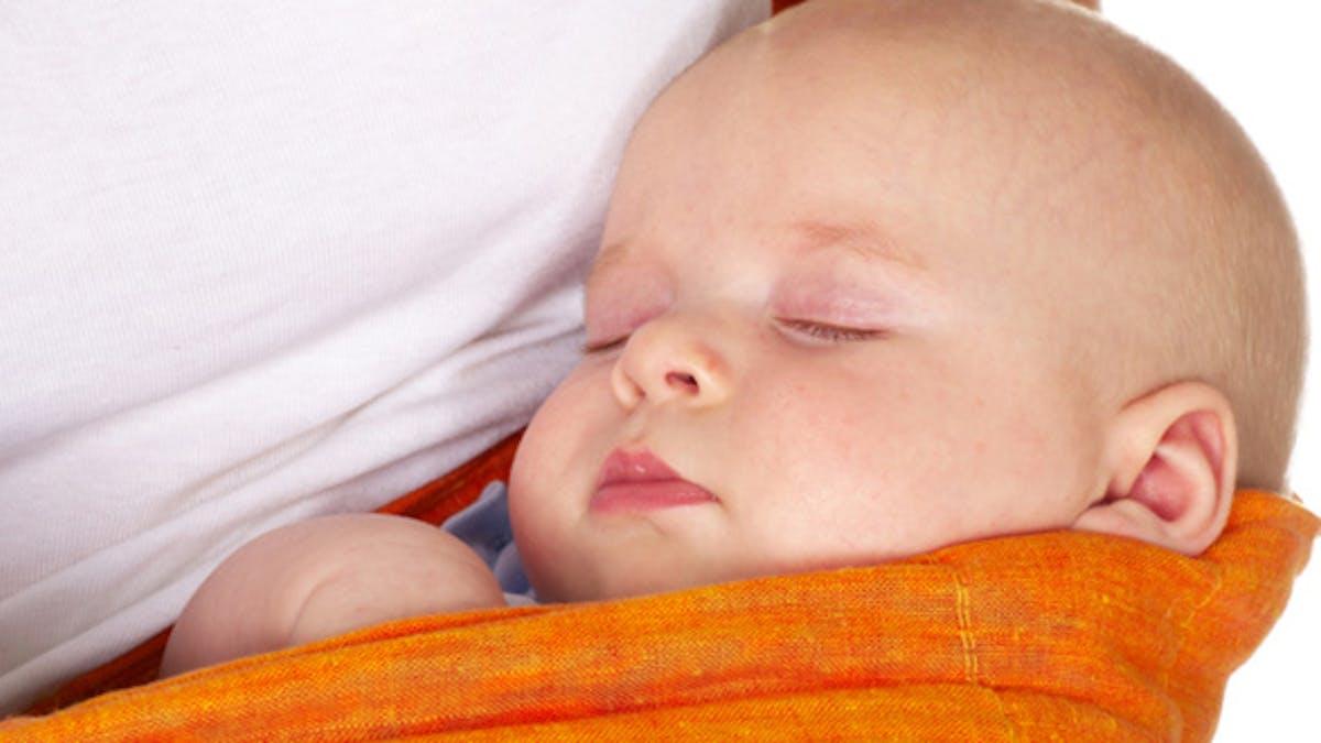 Le portage des bébés, un geste bel et bien apaisant