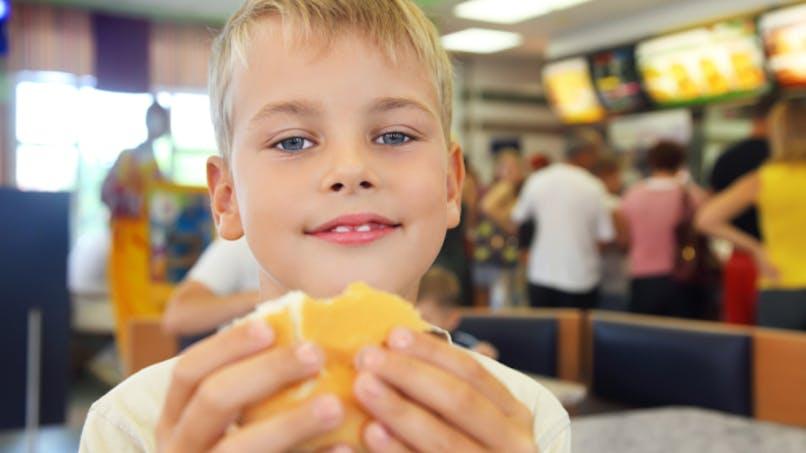 Les jouets surprise dans les aliments ne favorisent pas l'obésité