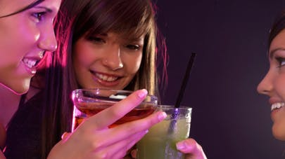 Sauter un repas pour boire plus: le cocktail minceur des alcoolorexiques