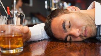 Necknomination: un jeu d'alcool dangereux