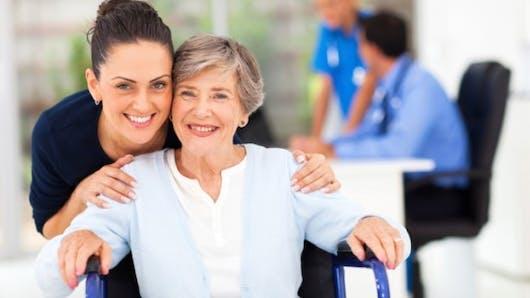 Qui aide les personnes âgées dépendantes?