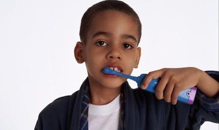 La brosse à dents électrique est-elle plus efficace?