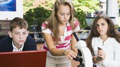 Apprentis-chercheurs, des adolescents découvrent en labo la puissance des drogues