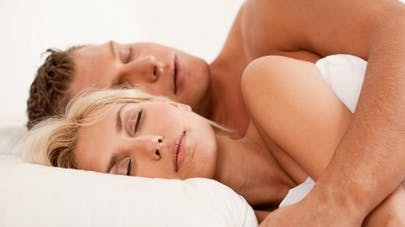 Dormir nu rend-il plus heureux en couple?
