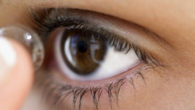 Elle porte les mêmes lentilles pendant six mois et devient aveugle