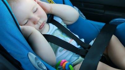 Le siège auto pour bébé, nid à bactéries!
