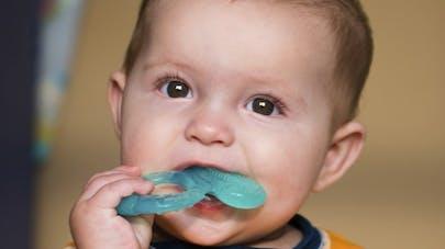 Bébé fait ses dents: comment le soulager?