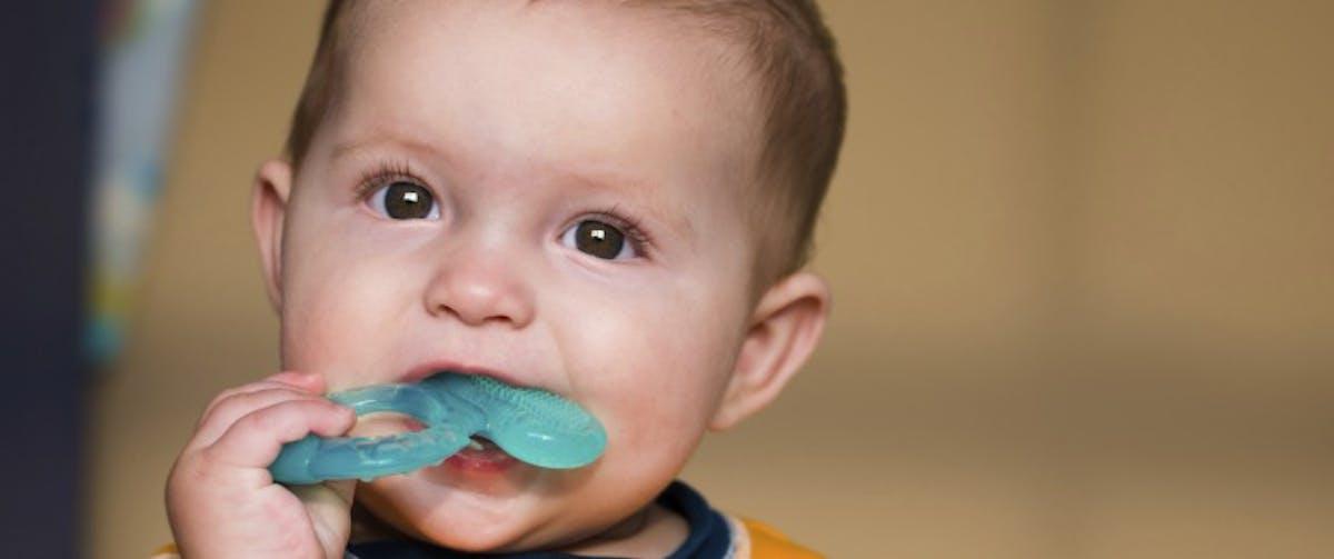 Bébé fait ses dents : comment le soulager ? | Santé Magazine