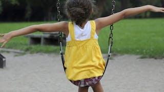 Au square ou dans une aire de jeux, gare aux enfants imprudents!