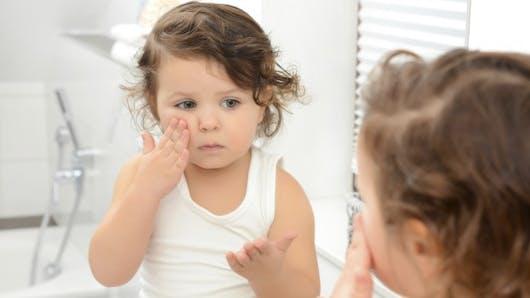 Croûtes de lait, fesses rouges: comment soigner la peau de bébé?
