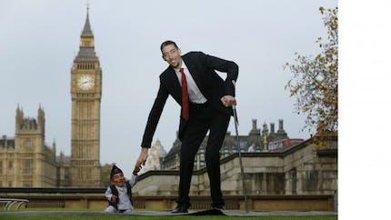 L'homme le plus grand du monde rencontre le plus petit