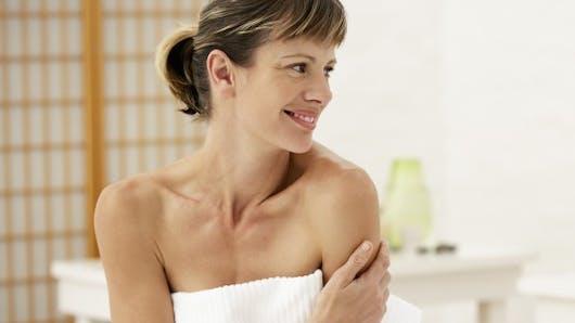 Peau mature: bien la nettoyer, le rituel anti-âge indispensable