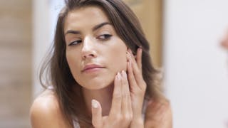 Peau grasse à imperfections: quels rituels beauté pour le visage et le corps?