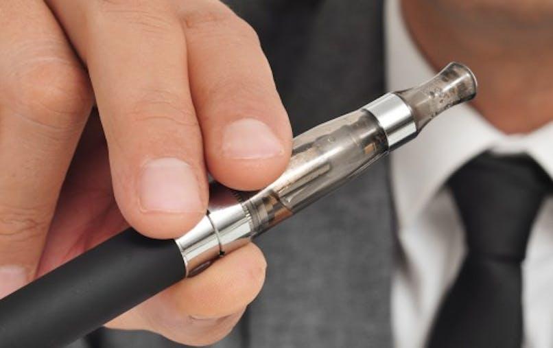 Cigarette électronique: deux normes pour vapoter sans risque