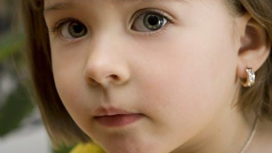 Faut-il interdire de percer les oreilles d'un bébé?