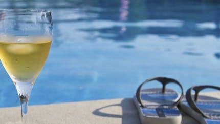 Vidéo: boire de l'alcool et nager, une très mauvaise idée