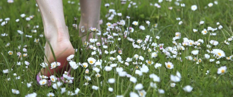 photo de pied nu jardiner toute nue