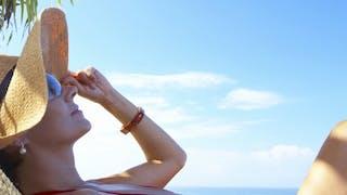La tendance de l'été 2015: bronzer plus en s'exposant moins