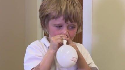 Enfants: souffler dans un ballon pour soigner l'otite moyenne avec effusion