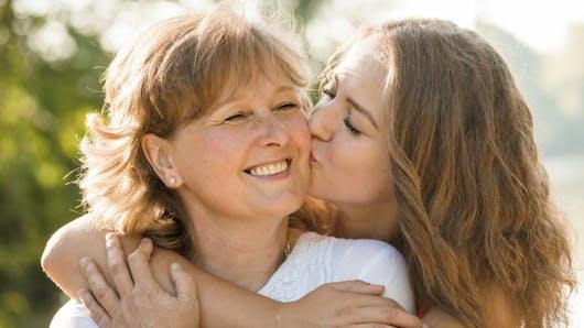 Ados: les filles proches de leurs mères gèrent mieux le stress
