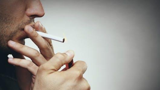 Tabac:  il fait perdre ses dents