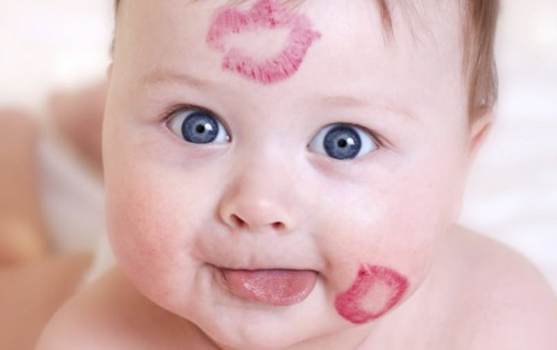 Embrasser un bébé sur la bouche? Pas toujours une bonne idée