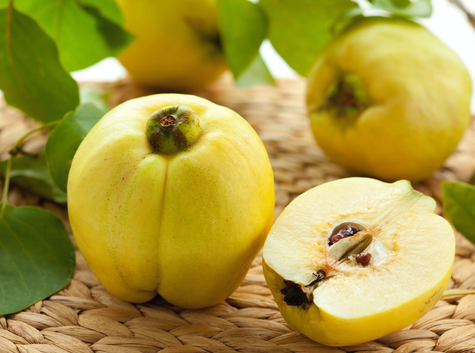 Le coing, un fruit d'automne riche en minéraux | Santé Magazine