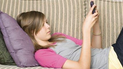 Téléphone portable: votre ado souffre-t-il de text neck?