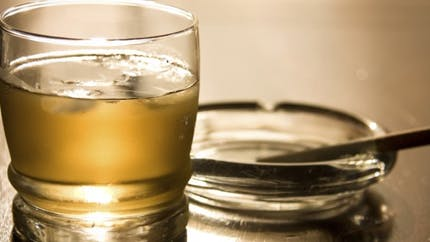 Alcool et cigarette: pourquoi l'un attire l'autre?