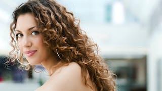 Cheveux bouclés: comment les soigner et comment les coiffer