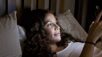 Lumière bleue des écrans: les solutions pour bien dormir