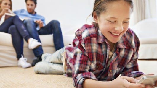 Faut-il acheter un téléphone portable à son enfant à Noël?