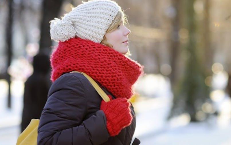 Femme se promène en hiver