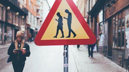 Malin, le panneau pour alerter sur les dangers des portables et la cécité d'inattention