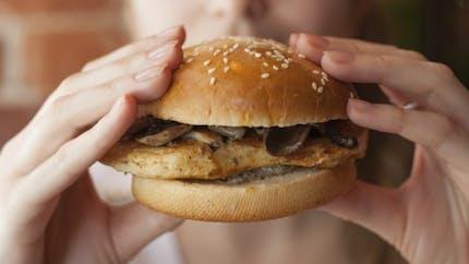 Quand le manque de sommeil nous donne envie de manger gras