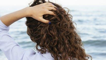 Pourquoi nos cheveux sont-ils lisses ou bouclés?