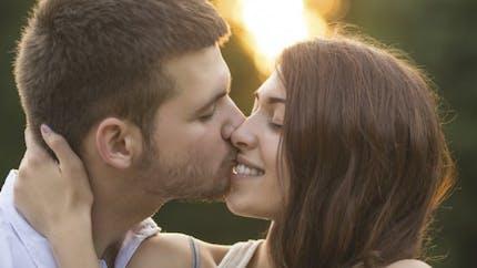 Pourquoi embrasser les yeux ouverts nous paraît-il si bizarre?
