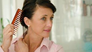 Chute de cheveux: comment stimuler la repousse chez la femme