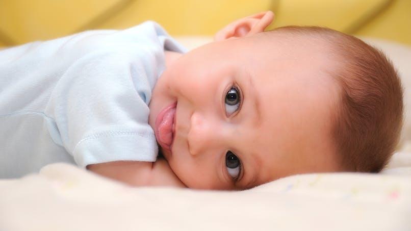 Bébé a la tête plate: quelles solutions?
