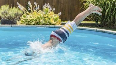 Le danger de la baignade après avoir mangé, mythe ou réalité?