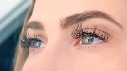 Comment bien se démaquiller les yeux