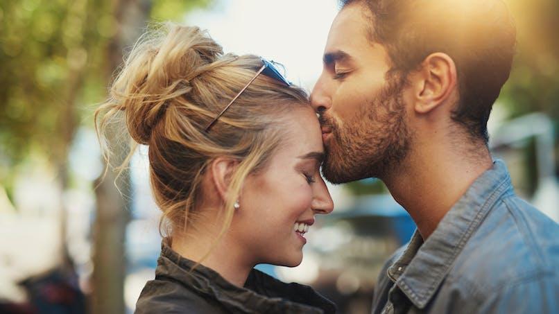 5 signes qui prouvent que vous lui plaisez toujours
