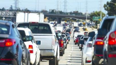 Vivre à proximité de grandes routes augmente le risque de démence